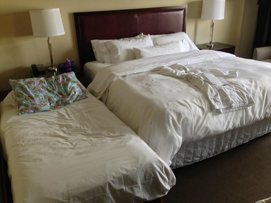 The Westin Edmonton : King bed and small bed for toddler