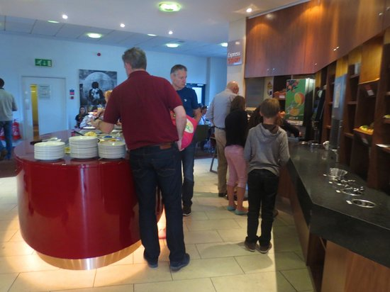 Holiday Inn Express London City : Breakfast bar.