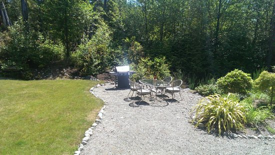 Cobble Wood Guesthouse and Bird Sanctuary House & Suites: BBQ