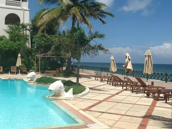 Zanzibar Serena Hotel : Pool and beach