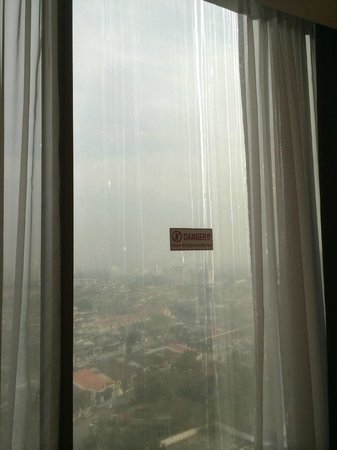 Hotel Grand Paragon: Dirty Windows