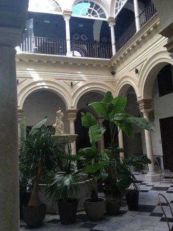 Hotel Palacio de Villapanes : Lobby during day