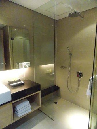 Swiss-Belhotel Mangga Besar : A very clean and spacious bathroom