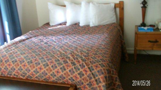 Lake McDonald Lodge: inside room beds