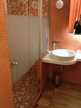 JC Contemporary Hotel : Bathroom