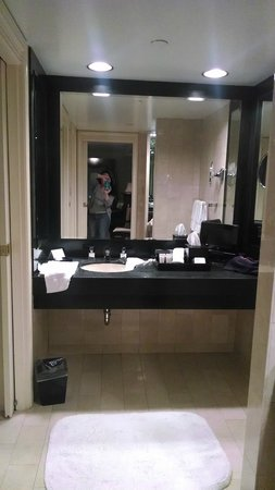 The Michelangelo Hotel: large dressing area and bathroom