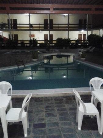 Hotel Villa Nova: Área externa à noite