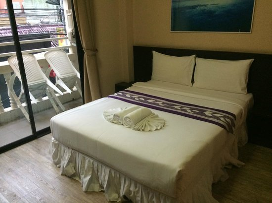 White Patong: queen size bed