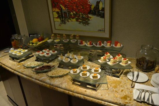 Sheraton Hanoi Hotel: Some of the food offered at The Club 17th floor