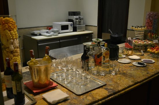 Sheraton Hanoi Hotel: Selection of wine and spirits at the Club.