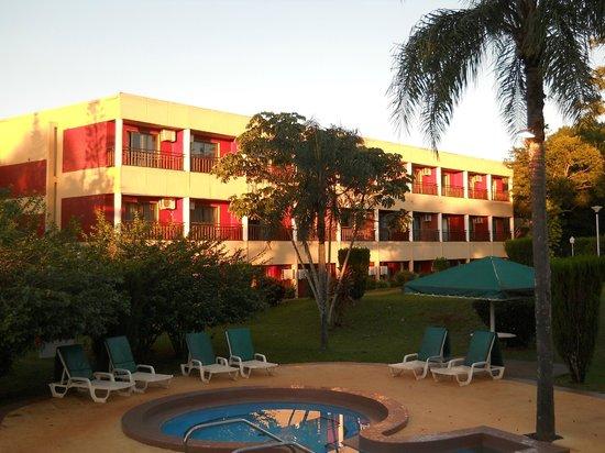 Exe Hotel Cataratas: zona de pileta