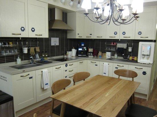 Blueboat Hostel Nampo : 食堂も自由に使える 朝食はここに置いてあります