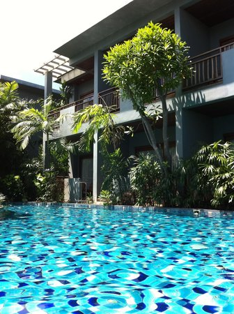 Metadee Resort and Villas: Pool access rooms on the bottom, pool view on top