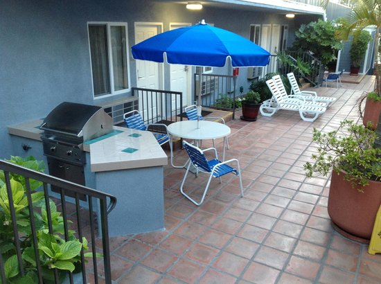Travelodge Santa Monica: Barbecues in the courtyard!