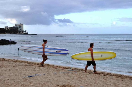 Kuhio Beach: まだ静かな朝、ボードをもって海に向かうカップル