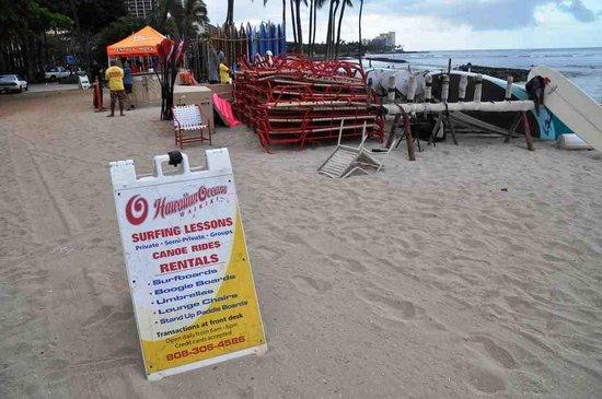 Kuhio Beach: サーフィン、カヌー教室の看板