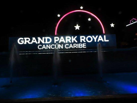 Grand Park Royal Cancun Caribe: Hotel de noche