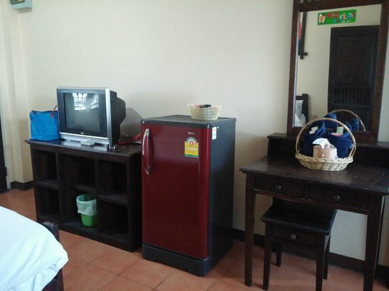 Baan Nam Sai Hotel: fridge and tv