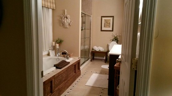 The Terrace Avenue Inn: Bathroom of terrace room