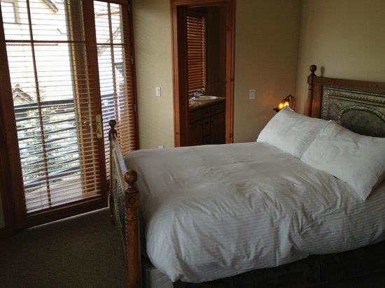 The Inn at Lost Creek: Queen bed