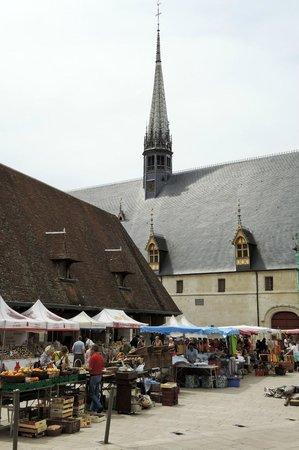 Musée de l'Hôtel-Dieu : 外側。手前左は屋内マーケット。手前は屋外マーケット