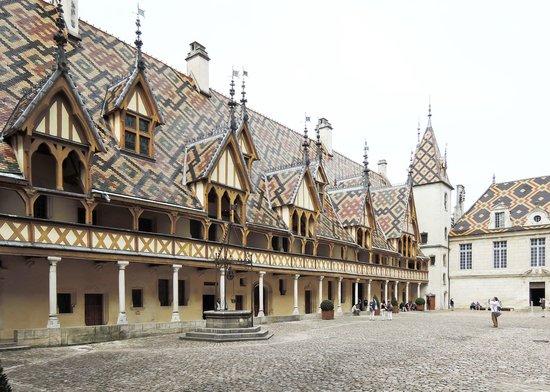 Musée de l'Hôtel-Dieu : 内庭から見た屋根