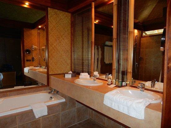 InterContinental Moorea Resort & Spa : Double sinks, good lighting