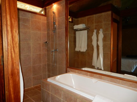 InterContinental Resort & Spa Moorea: Both a large walk-in shower and jacuzzi tub