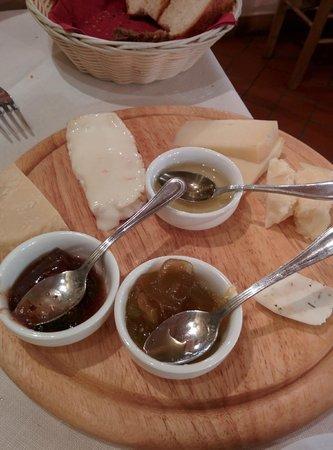 Relais Poggio Borgoni: Cheese plate at restaurant