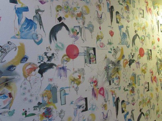 Kensington Palace : Princess Diana wallpaper near the toilets