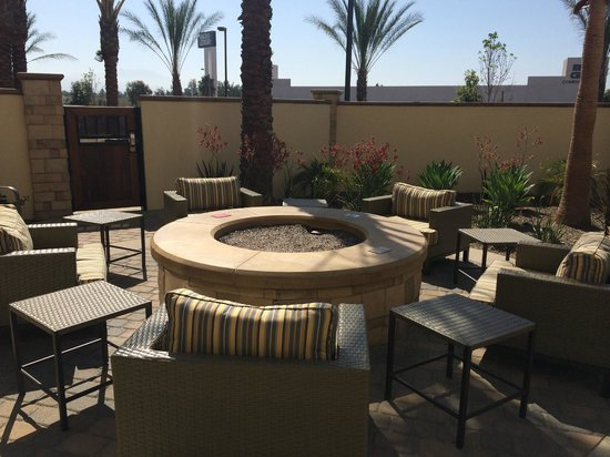 Fairfield Inn & Suites Tustin Orange County: Fire pit and outside patio