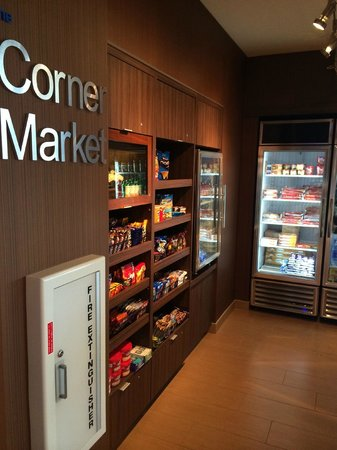 Fairfield Inn & Suites Tustin Orange County: Corner Market Store