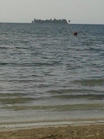 Decameron Marazul: La arena blanca y el mar azul no se ven en la playa del hotel