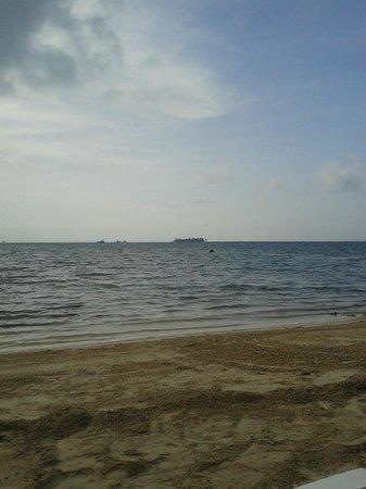 Decameron Marazul : El mar no es tan azul y la arena no es las blanca a diferencia del resto del playas de la isla