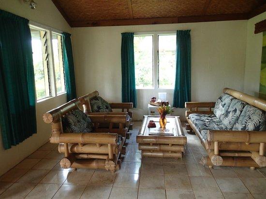 Beqa Lagoon Resort: Living area in the bure