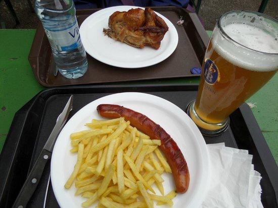 Restaurant am Chinesischen Turm: Bratwurst and chicken