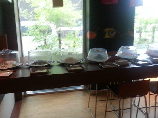 Ibis Vientiane Nam Phu Hotel: cold choices at breakfast