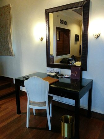 Century Langkawi Beach Resort: Working table with mirror
