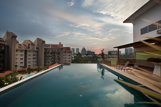 Peninsula Residence All Suite Hotel: Swimming Pool