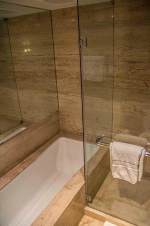 JW Marriott El Convento Cusco: Bathtub