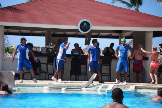 Cofresi Palm Beach & Spa Resort : Rambo, Speedy and the gang showing off their dance moves