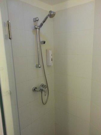 Ibis Vientiane Nam Phu Hotel: shower of our room