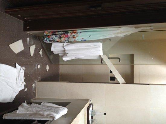 V Villas Hua Hin, MGallery by Sofitel: The bathroom in my villa. The Tile has fallen