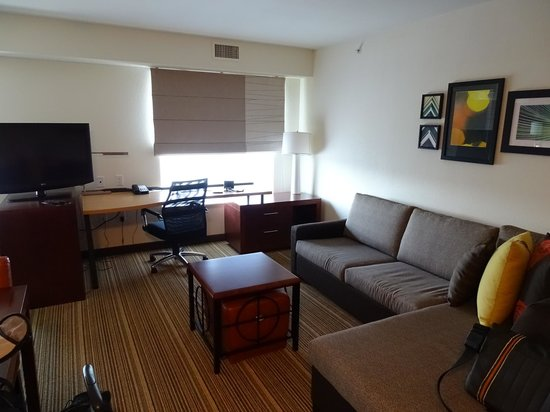 Residence Inn Springfield South: Wohnbereich mit Schlafcouch