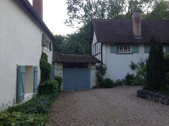 Le Moulin des Charmes : Front entrance