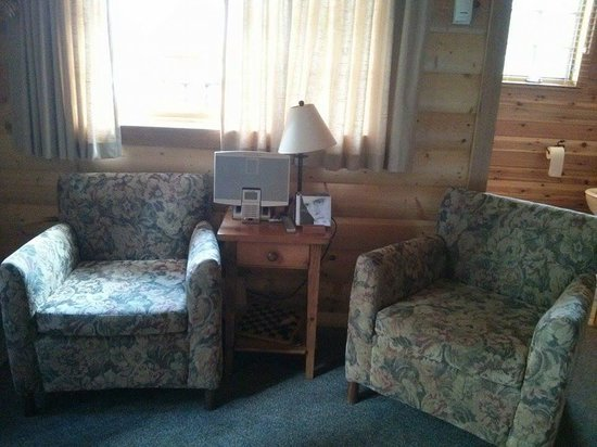 Paradise Lodge & Bungalows: Cd and player to make our stay even more cozy!