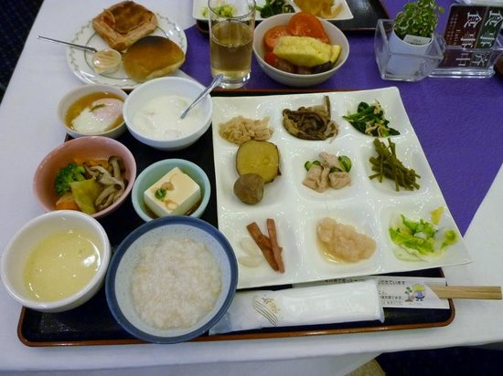 Hotel Riverge Akebono: 朝食、野菜を主とする郷土料理が並びます