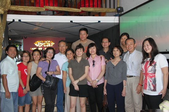Camory Backpackers Hostel: Camory Hostel Guests are took picture after project meeting!!