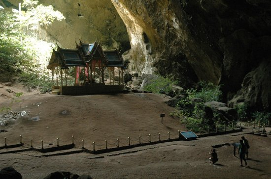 Khao Sam Roi Yot National Park: The pavillion shrine in the cave - rather a spectacle.