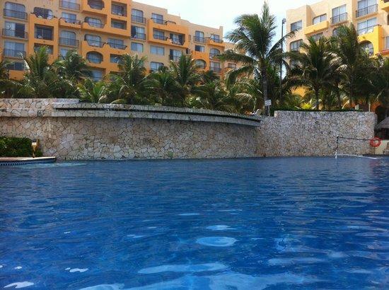 Fiesta Americana Condesa Cancun All Inclusive: Waterfall from the upper pool